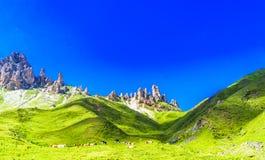 Ruwe bergen en groene weiden door Alpe Di Siusi in Zuidenbeginner royalty-vrije stock afbeeldingen