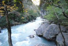 Ruwe bergrivier Stock Foto's