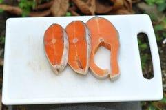 Ruwe Besnoeiing Noors Salmon On Chopping Board Stock Foto