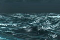 Ruwe blauwe oceaan onder donkere hemel Stock Foto's