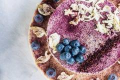 Ruwe bosbessenkaastaart Gezond met de hand gemaakt dessert Witte achtergrond Royalty-vrije Stock Afbeelding
