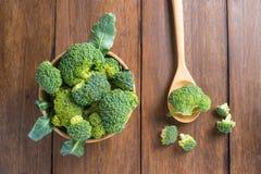 Ruwe broccoli op houten achtergrond Stock Fotografie