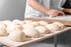 Ruwe broden van brood op lijst Royalty-vrije Stock Foto's