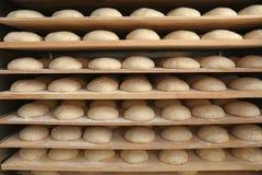 Ruwe broden van brood op planken Stock Afbeelding