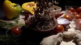 Ruwe bruine deegwaren, achtergrondvoedselconcept stock footage