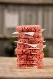 Ruwe burgers voor hamburgers, in een stapel Stock Foto