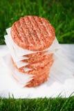 Ruwe burgers voor hamburgers, in een stapel Stock Foto's