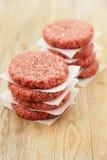 Ruwe burgers voor hamburgers, in twee stapels stock afbeeldingen
