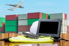 Ruwe computerstablet die containers controleren logistisch concept stock foto's