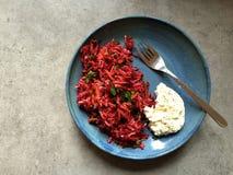 Ruwe die wortelgewassalade met knoflook-citroen wordt gediend labneh Stock Foto