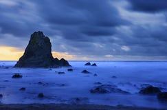 Ruwe donker en onheilspellende kust Stock Fotografie