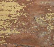 Ruwe, doorstane houten textuur met schil gele verf stock afbeeldingen