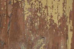 Ruwe, doorstane houten textuur met schil gele verf stock foto