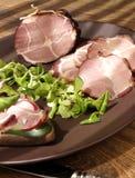 Ruwe, droge gerookte hamham met sandwich, salade op plaat Royalty-vrije Stock Foto