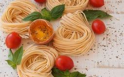 Ruwe ei en noedels met kruiden Stock Fotografie