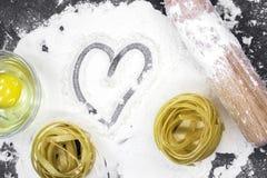 Ruwe eigengemaakte deegwaren en ingrediënten voor deegwaren Royalty-vrije Stock Foto's