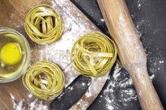 Ruwe eigengemaakte deegwaren en ingrediënten voor deegwaren Royalty-vrije Stock Fotografie