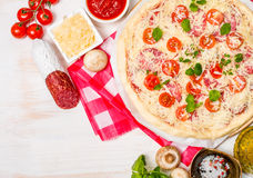 Ruwe eigengemaakte Pizza Stock Afbeeldingen