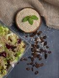 Ruwe en gekookte die quinoa in salade hoogste mening wordt gediend - beeld stock afbeeldingen