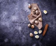 Ruwe en gekookte kwartelseieren Stock Afbeeldingen