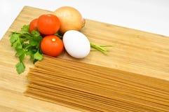 Ruwe en verse macaroni, tomaten, ei en ui stock afbeelding