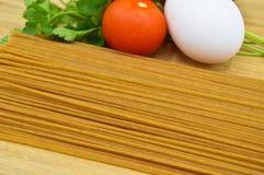 Ruwe en verse macaroni, tomaten, ei en ui royalty-vrije stock fotografie