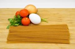 Ruwe en verse macaroni, tomaten, ei en ui royalty-vrije stock afbeeldingen