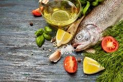 Ruwe forel en ingrediënten stock foto