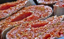 Ruwe forellapjes vlees met kruiden Stock Fotografie