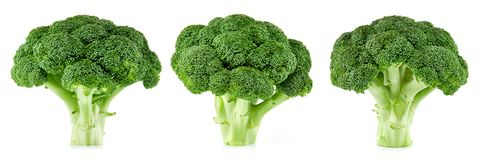 Ruwe geïsoleerde broccoli stock afbeeldingen