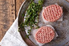 Ruwe gehaktburgers stock foto