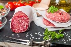 Ruwe gehakthamburger en salami Stock Afbeeldingen