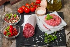Ruwe gehakthamburger en salami Royalty-vrije Stock Fotografie