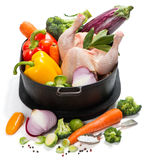 Ruwe gehele kip met groenten royalty-vrije stock foto