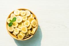 Ruwe gele banaanplakken in houten kom Royalty-vrije Stock Foto
