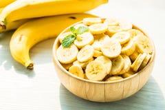 Ruwe gele banaanplakken in houten kom Royalty-vrije Stock Foto's