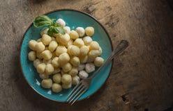 Ruwe gnocchi, het typische Italiaans maakte van aardappel, bloem en eischotel royalty-vrije stock foto