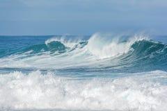 Ruwe golven die in de oceaan verpletteren Royalty-vrije Stock Afbeeldingen