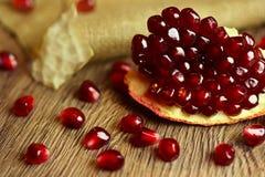 Ruwe granaatappel met zaden op hout Royalty-vrije Stock Fotografie