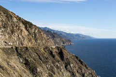 Ruwe Grote Sur-Kustlijn Duidelijke Blauwe Dag Stock Foto's