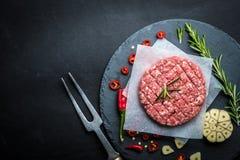 Ruwe hamburgerpasteitjes met kruiden en spicies royalty-vrije stock afbeelding
