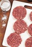 Ruwe Hamburgers stock afbeeldingen