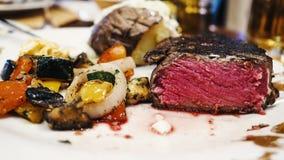 Ruwe het lapje vlees van New York gemaakt in een exclusief Buffelsrestaurant royalty-vrije stock afbeeldingen