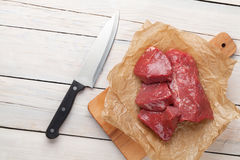 Ruwe het lapje vleesstukken van het filetrundvlees en keukenmes Stock Foto
