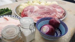 Ruwe het vleesbesnoeiingen van de varkensvleeshals op een geïsoleerde plaatmening royalty-vrije stock afbeeldingen