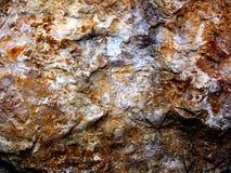 Ruwe hoekige en oranje steentextuur als achtergrond en walpaper Stock Foto