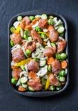 Ruwe ingrediënten voor een gezonde voedinglunch - kippenborst en seizoengebonden groentenbroccoli, bloemkool, wortelen, pompoen,  stock foto's