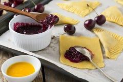 Ruwe ingrediënten voor eigengemaakte cakes met kers op een donkere houten achtergrond Stock Foto