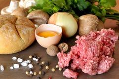 Ruwe ingrediënten voor vleesballetjes Stock Afbeeldingen