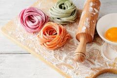 Ruwe Italiaanse kleurendeegwaren aan boord Stock Fotografie